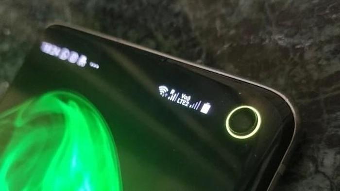 Punch hole pada Galaxy S10 dan S10e bisa menjadi indikator baterai berwarna. Foto: Istimewa