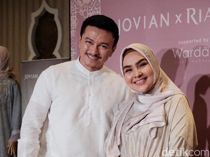 Desainer asal Malaysia Jovian bersama Ria Miranda. Foto: Silmia Putri/Detikcom