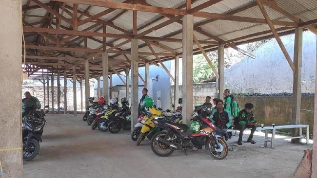 Foto: Shelter Ojol di Seberang Stasiun Depok Lama (Matius Alfons-detikcom)
