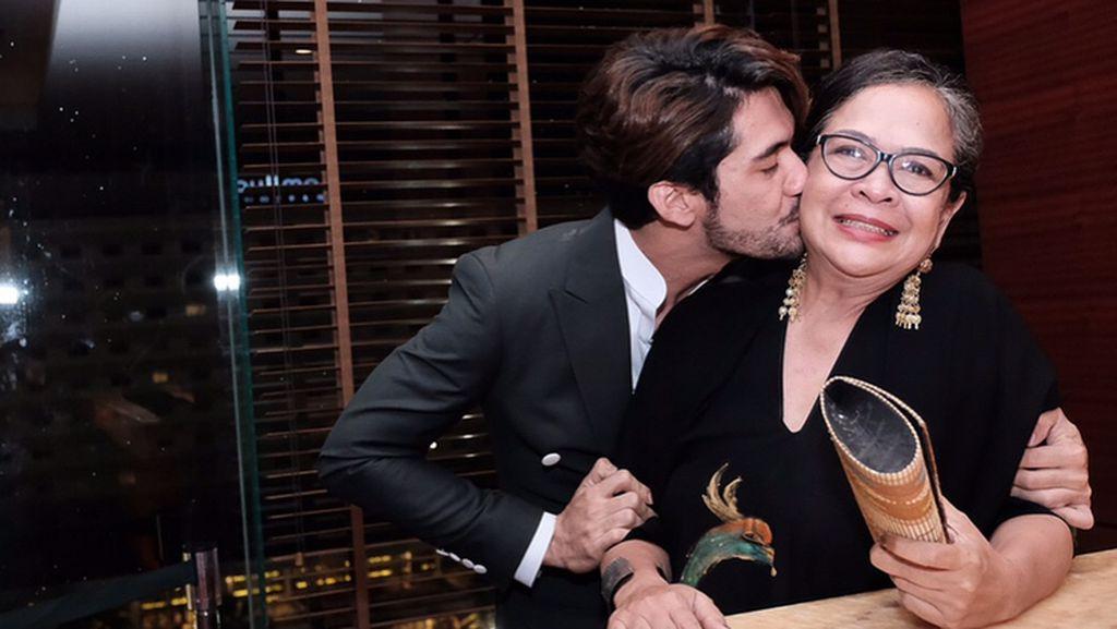 Cerita Reza Rahadian Saat Ibunda Tak Suka Film yang Dibintanginya