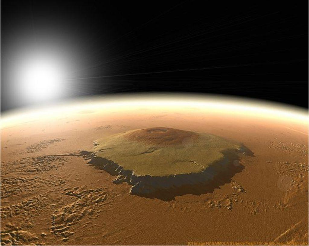 Olympus Mons: Olympus Mons adalah gunung berapi yang disebut paling ekstrim di Tata Surya, dengan luas sebesar negara bagian Arizona. Tingginya 25 kilometer atau sekitar 3 kali lipat gunung Everest. Gunung ini diperkirakan cukup mudah didaki. Foto: NASA