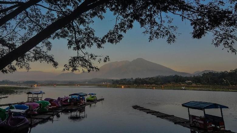Suasana lokasi wisata Situ Bagendit di Banyuresmi, Kabupaten Garut, Jawa Barat, Selasa (26/3/2019). Pemerintah Pusat dan Pemprov Jabar akan merevitalisasi Situ Bagendit seluas 150 hektare menjadi destinasi wisata kelas dunia dengan mengalokasi anggaran sebesar Rp130 miliar yang akan dimulai pada tahun 2019 ini. ANTARA FOTO/Adeng Bustomi/wsj.