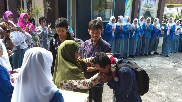 Kepulangan Suha dan Usman disambut para guru dan orang tua.