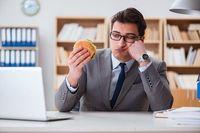 Bekerja Terlalu Serius Bikin Orang Lebih Sering Makan dan Cepat Gemuk