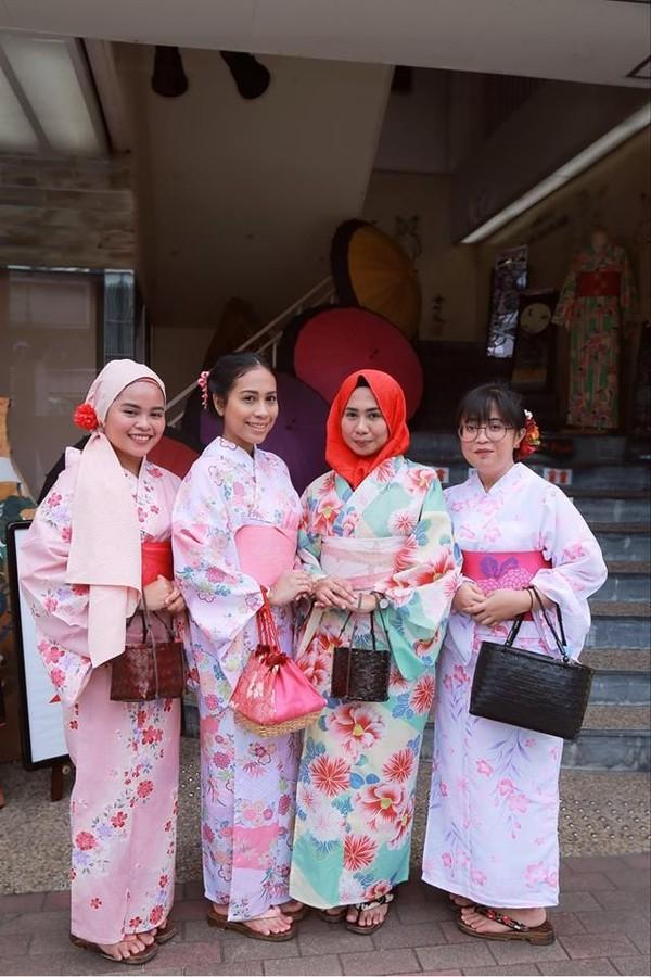 Ada lagi tempat penyewaan Kimono untuk Muslim di Nara, tepatnya di Waplus Nara. Toko ini berlokasi tidak jauh dari Stasiun JR Nara. Toko ini juga menawarkan pengalaman mengenakan Kimono, lengkap dengan upacara minum teh dan pertarungan khas Jepang. (Waplus NARA/Facebook)
