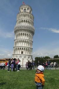 Berfoto di Menara Pisa, Italia. (Khagendra Thapa Magar/Facebook)