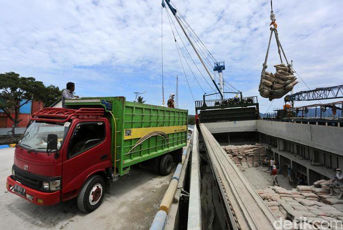 Sejumlah pekerja nampak sibuk melakukan aktivitas bongkar muat kapal di Pelabuhan Babang, Halmahera Selatan, Maluku Utara.