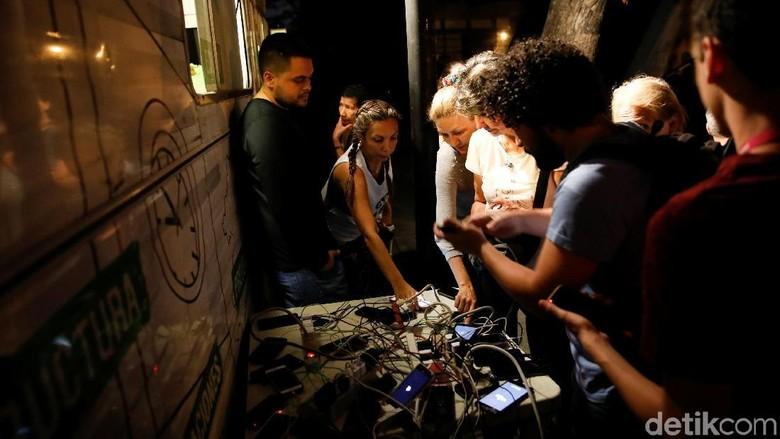 Potret Warga Venezuela Rebutan Listrik Untuk Charge Ponsel