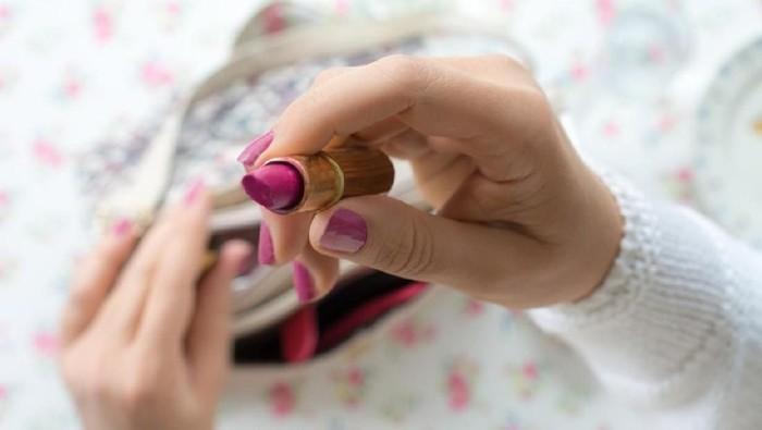 Sebelum memakai lipstik saat puasa, disarankan pakai lipbalm dulu untuk menjaga kelembapan bibir. (Foto: iStock)