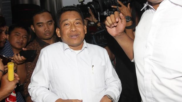 Sekjen Kemenag sekaligus Ketua Panitia Seleksi Jabatan Pimpinan Tinggi Kemenag Nur Kholis Setiawan (tengah) di Gedung KPK, Jakarta, Rabu (27/3).