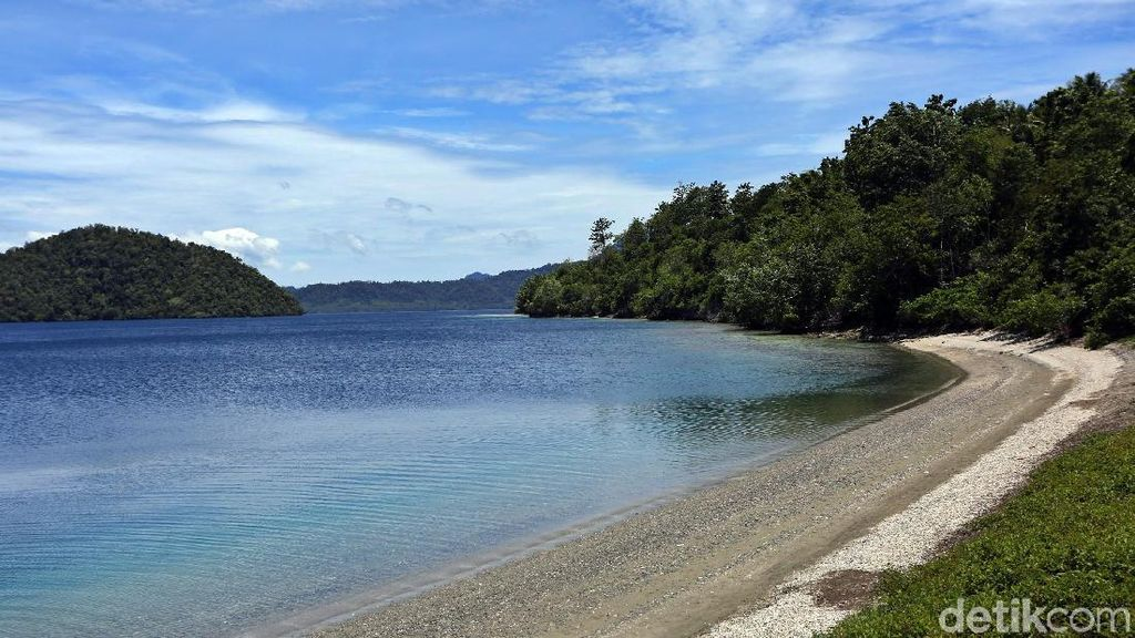 Unik! Ada Sumber Air Panas di Pantai Tawa Pulau Bacan