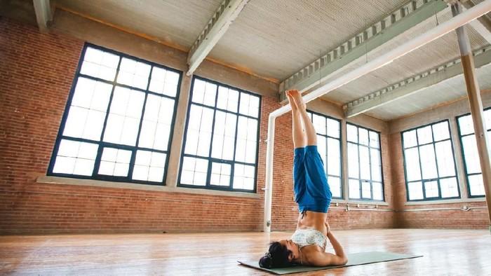Bila tak hati-hati, beberapa pose yoga juga bisa memicu cedera (Foto: iStock)