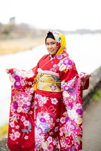 Terdapat 50 pilihan Kimono yang berbeda setiap musim di sini lho. Harga sewa jilbab pun dimulai dari 300 Yen (Rp 38 ribu). (Kyoto kimono rental Yumeyakata/Facebook)
