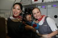 Dia juga digendong dan berfoto dengan pramugari-pramugari cantik di pesawat. (Khagendra Thapa Magar/Facebook)