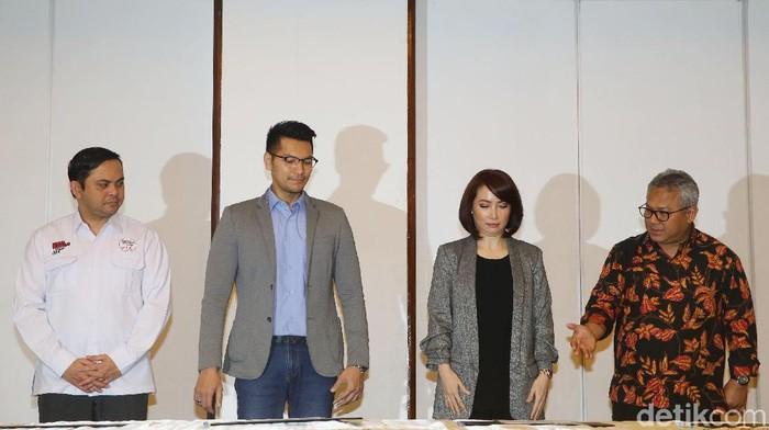 Zulfikar Naghi dan Retno Pinasti teken pakta integritas sebagai moderator Debat Capres 2019 keempat. Foto: Grandyos Zafna