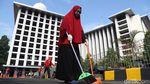 Aksi Napi Bersih-bersih Masjid Istiqlal