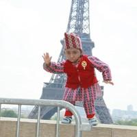 Khagendra juga pernah berkunjung ke Paris. Gayanya berfoto dengan latar Menara Eiffel. (Khagendra Thapa Magar/Facebook)