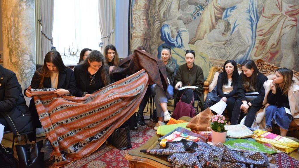Mahasiswa Sekolah Mode Italia Siapkan Rancangan dengan Wastra Indonesia