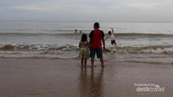 Datang ke Pantai Manggar, traveler bisa melihat garis batas pantai (Brigida Emi Lilia/dTravelers)