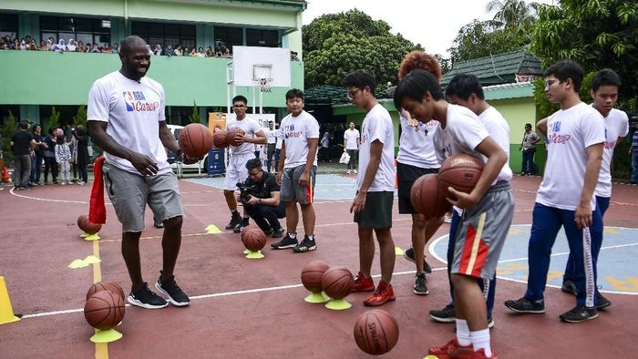 Jason Richardson saat memberikan pelatihan untuk Jr NBA 2019 (ANTARA FOTO/Hafidz Mubarak A)