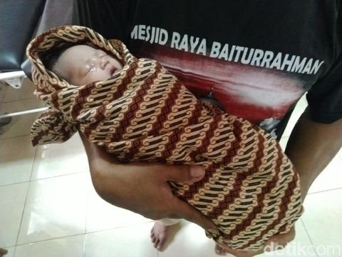 Pria Bermobil Buang Bayi Cantik Dalam Kresek di Saung Bata Ciamis