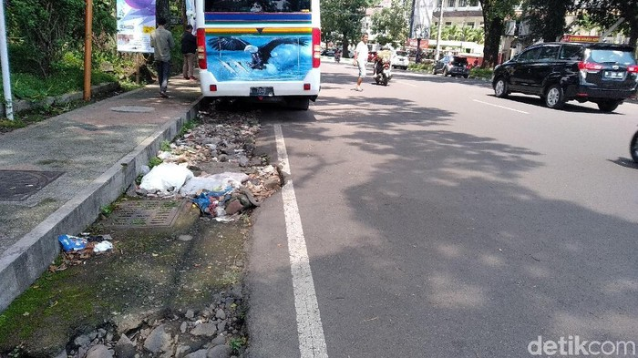Lokasi yang diduga tempat sang anak dalam video viral didorong keluar dari mobil. (Foto: Muhammad Aminudin)
