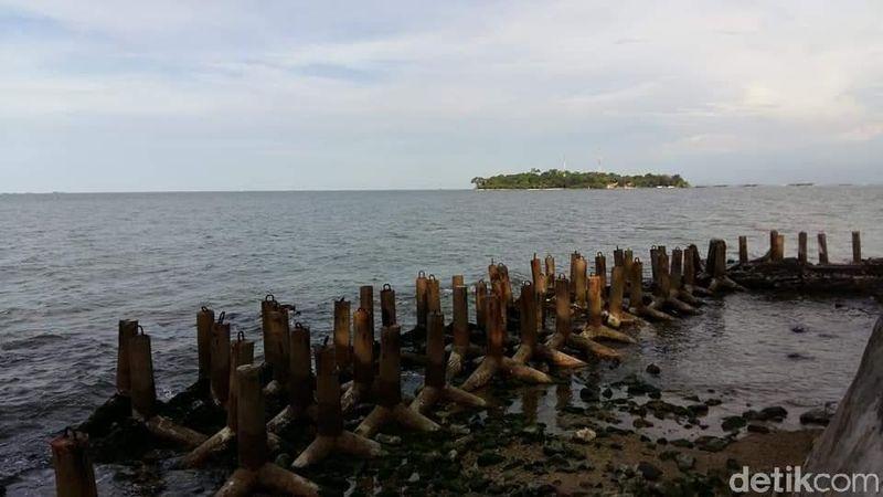 Onrust, begitu nama pulau di Kepulauan Seribu ini, sesuai dengan yang tertulis di tembok keramik yang berdiri di atas batu karang (Muhammad Idris/detikcom)