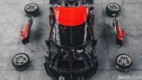 Sesuai dengan permintaan klien, mobil ini dirancang dengan dua jiwa: set-up balap, yang mencakup sayap serat karbon yang cukup mencolok dan roda mur tunggal 18, dan paket lengkap dengan roda 21 tetapi tanpa aerodinamis pelengkap, untuk menyoroti kemurnian dari bentuknya.