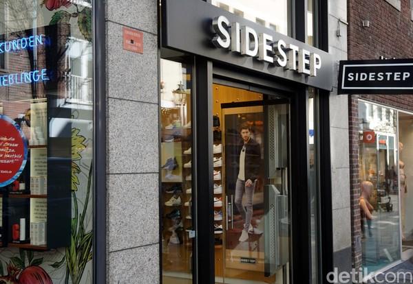 Ada pula Side Step, yang meski ukurannya mungil tapi koleksinya lumayan lengkap. Jangan tertipu dengan size tokonya ya! (Wahyu/detikcom)