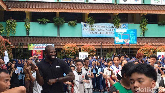 Jason Richardson menari poco-poco bareng anak SMP 37 Jakarta (Redzi Arya Pratama/detikSport)
