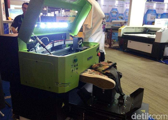 Perkembangan teknologi terus menggerus berbagai jenis pekerjaan, termasuk seniman lukis sepatu. Sebab, saat ini sudah ada mesin pencetak gambar untuk sepatu.