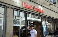 Selanjutnya ada Foot Locker. Toko sneakers ini menyediakan beberapa rilisan eksklusif yang tidak bisa didapatkan di toko sneakers lainnya. (Wahyu/detikcom)