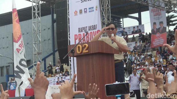 Kampanye di Bandung, Prabowo Lempar Topi dan Baju ke Pendukung