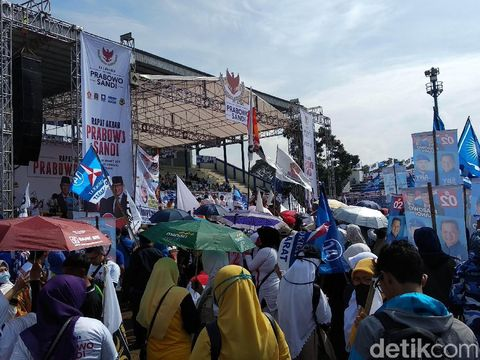Pendukung Prabowo-Sandi Padati Area Kampanye Akbar di Bandung