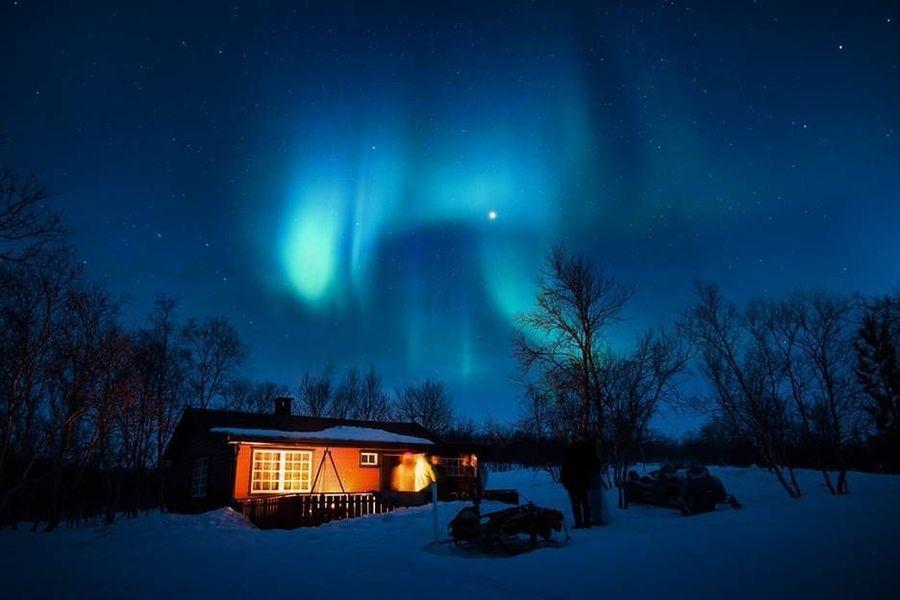 Islandia kembali jadi langganan menduduki posisi pertama. Negara ini diakui sebagai yang paling aman di dunia. Soal keindahan alam, fenomena Aurora begitu indah di sana