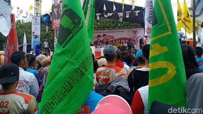 Di antara kerumunan massa, ada yang membawa bendera PPP dan PBB, yang merupakan pendukung pasangan 01.
