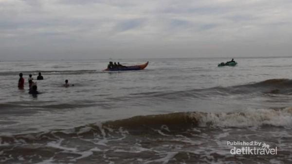 Traveler juga bisa menyewa sejumlah fasilitas olahraga air seperti bananaboat dan lainnya (Brigida Emi Lilia/dTravelers)