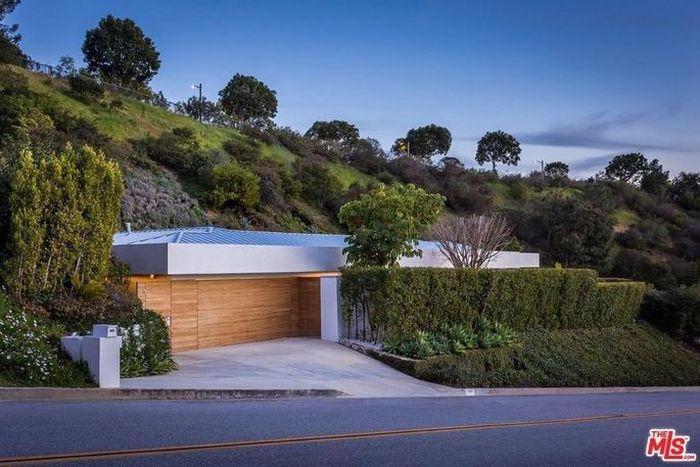 Rumah yang terletak di Beverly Hills, California, Amerika Serikat (AS) ini dipasarkan US$ 9 juta atau sekitar Rp 126 miliar. Istimewa/Dok. www.realtor.com.