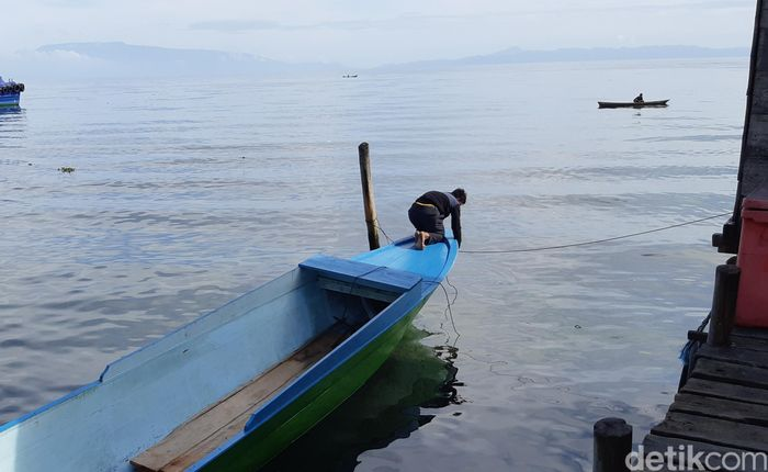Nelayan dan pengecer BBM di Pulau Madapolo, Halmahera Selatan. (Danu Damarjati/detikcom)