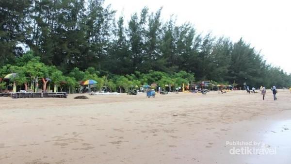 Pantai berpasir putih ini telah lama populer di kalangan traveler lokal (Brigida Emi Lilia/dTravelers)