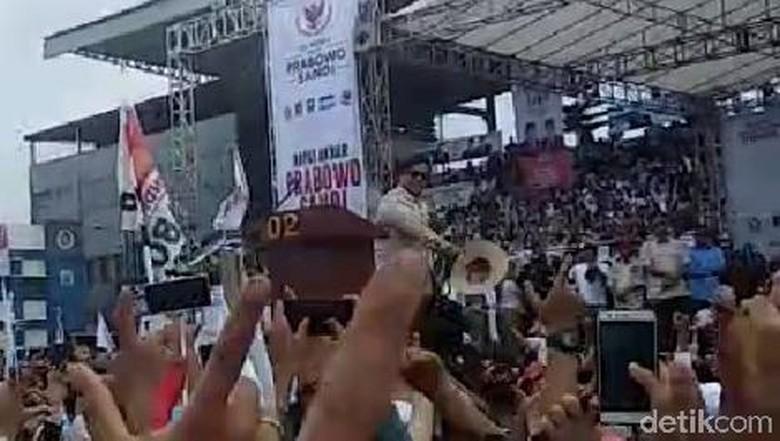 Dari Panggung Kampanye, Prabowo Buka dan Lemparkan Baju ke Pendukung