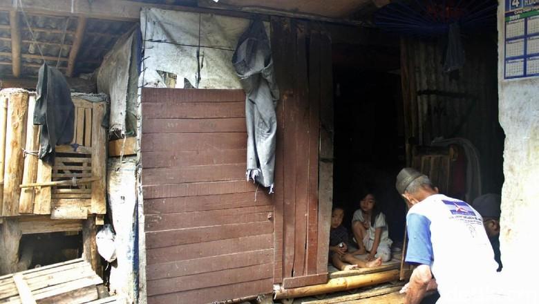 Miris, Satu Keluarga Tinggal di Gubuk Bekas Kandang Kambing