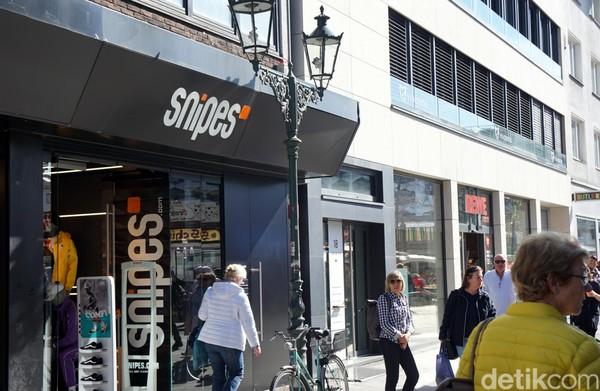 Ada juga Snipes. Selain menjual sneakers brand ternama seperti Nike, adidas, Puma, Snipes juga merilis clothing line sendiri yang desainnya keren-keren. (Wahyu/detikcom)