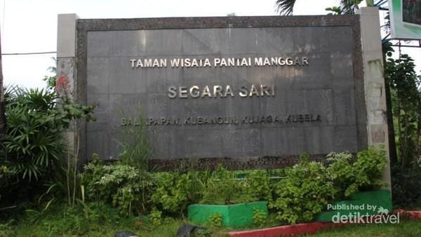 Di kalangan warga setempat, Pantai Manggar memiliki nama lengkap Pantai Manggar Segarasari. Lokasinya cuma setengah jam dari Bandara Sepinggan (Brigida Emi Lilia/dTravelers)