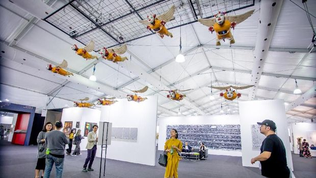 Patung Malaikat Kecil Heri Dono Melayang di Langit-langit Art Central Hong Kong