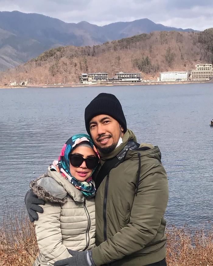Inilah pose romantis Heidy dan suaminya saat sedang liburan di Jepang. Pernikahan keduanya dikarunia dua anak. Foto: Instagram heidysunan