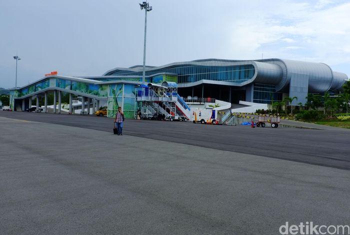 Bandar udara Komodo di Labuan Bajo rencananya akan dikembangkan menjadi bandara bertaraf intenasional.