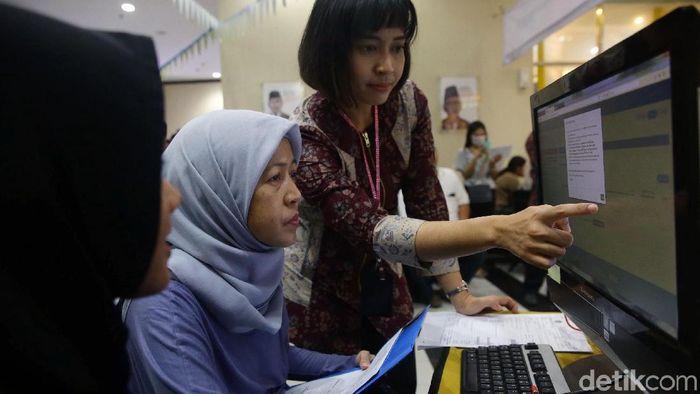 Masyararakat berbondong-bondong membayar SPT di Kantor Pelayanan Pajak Jakarta, Jumat (29/3/2019).
