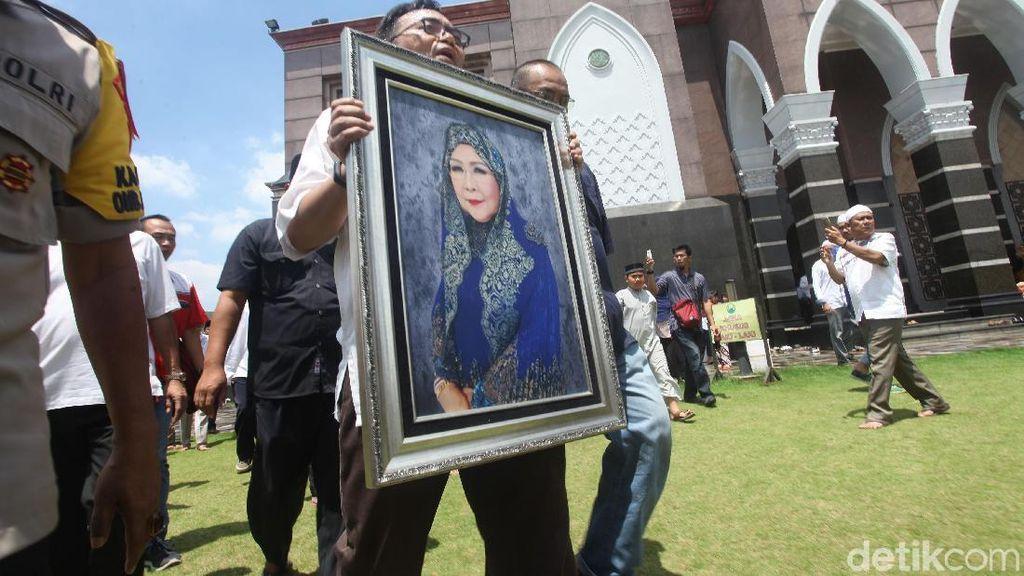 Ribuan Pelayat Iringi Pemakaman Dian Al Mahri
