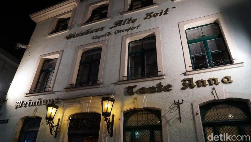 nilah restoran Winehaus Tante Anna yang terkenal di Kota Dusseldorf, Jerman. Di sini, traveler bisa dinner romantis bersama pasangan. (Wahyu/detikcom)